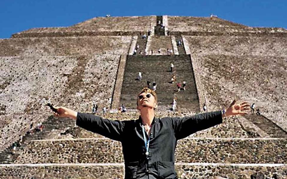 Ο Bowie κατά την επίσκεψή του στον αρχαιολογικό χώρο (Photo Internet)
