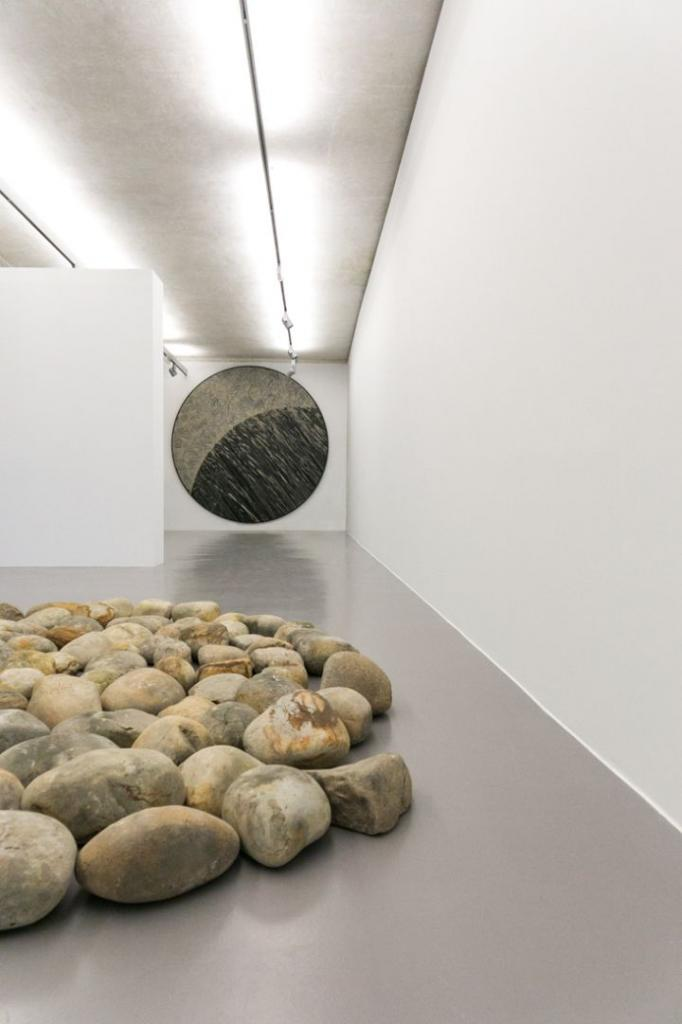 मैड्रिड के आइवरीप्रेस में प्रदर्शनी 'ग्रेविटी' का एक काम है। मार्जोरी ब्लैंचेट)