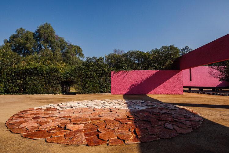 रिचर्ड लॉन्ग ने 2020 की शुरुआत में हमारे देश का दौरा किया, एडोमेक्स में क्यूड्रा सैन क्रिस्टोबल में स्मारकीय कार्यों का प्रदर्शन किया।