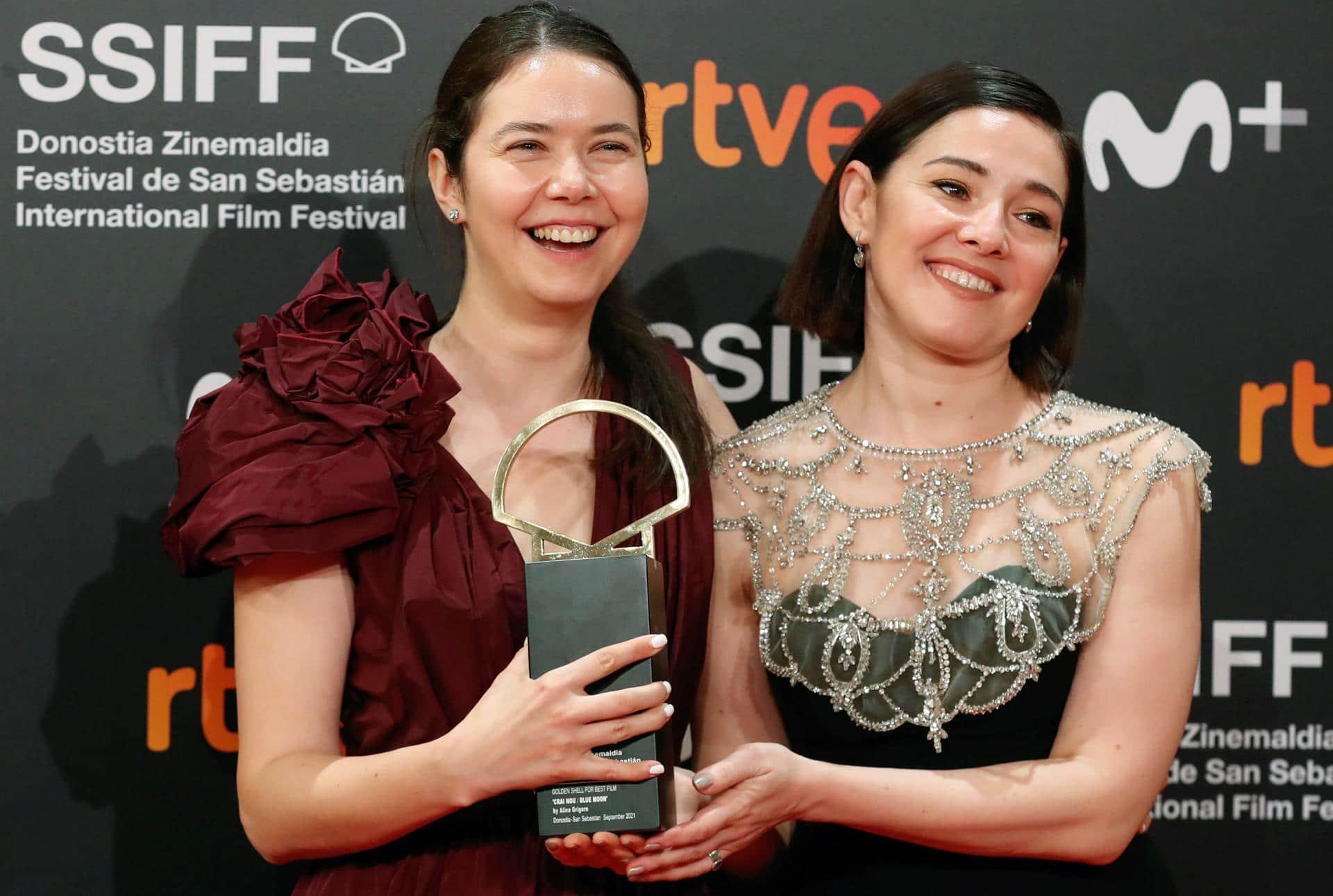 Alina Grigore y la productora Gabi Suciu posan con la Concha de Oro. Fuente: EFE