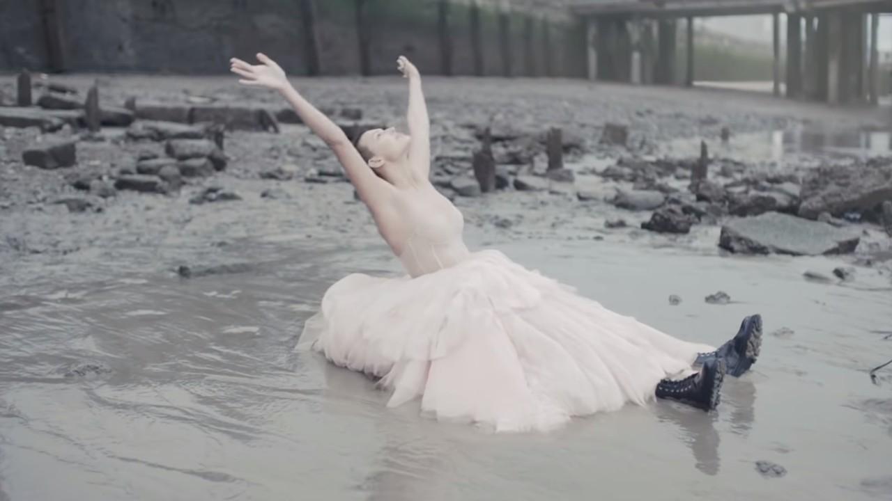 Alexander McQueen presenteert zijn collectie 'S / S 21 Womenswear' met een gewaagde korte film. FOTO: Staf Fahrenheit