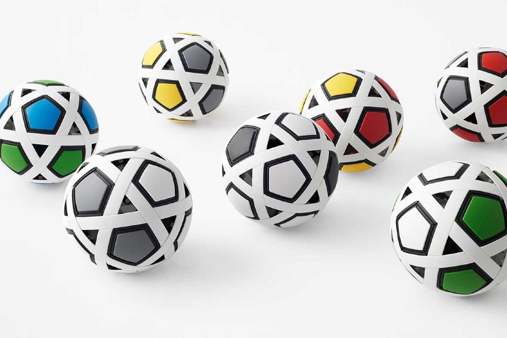 בנה כדור כדורגל משלך עם ערכת הכדורגל שלי. תמונה: design-milk.com