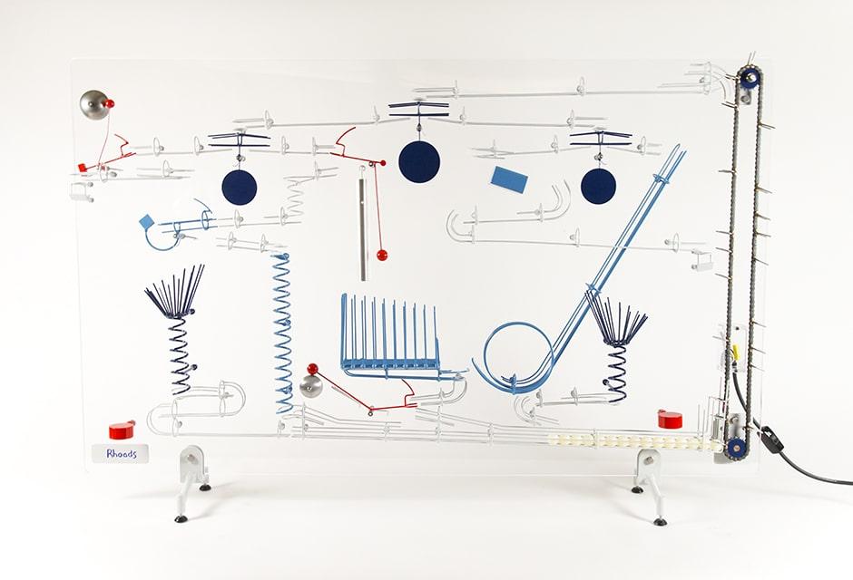 עבודותיו של ג'ורג 'רואדס כלולות באוספי המוזיאון לאמנות מודרנית, מלקולם ס. פורבס, לאונרד ברנשטיין, אמריקן סיינטיפיק ווסטינגאוס. מקור: ג'ורג 'רואדס.