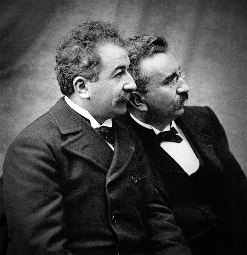 In una giornata come quella odierna i fratelli Lumière hanno presentato al pubblico il cinematografo. FOTO: Wikimedia Commons