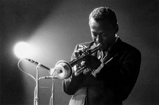 Miles Davis a múlt század egyik legkísérletesebb mozgalmának, a Hard Bop-nak volt az élmezőnye. Forrás: www.thedoublenegative.co.uk/