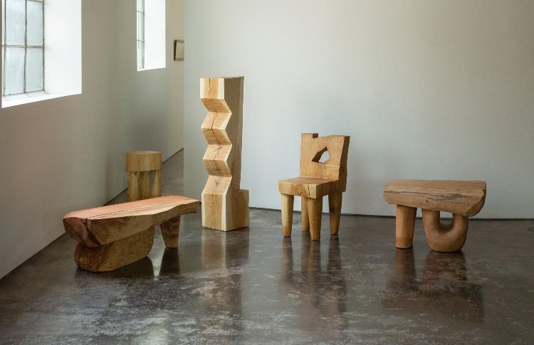 विंस स्केली एक अमेरिकी कलाकार हैं जो लकड़ी के टुकड़ों का काम करते हैं