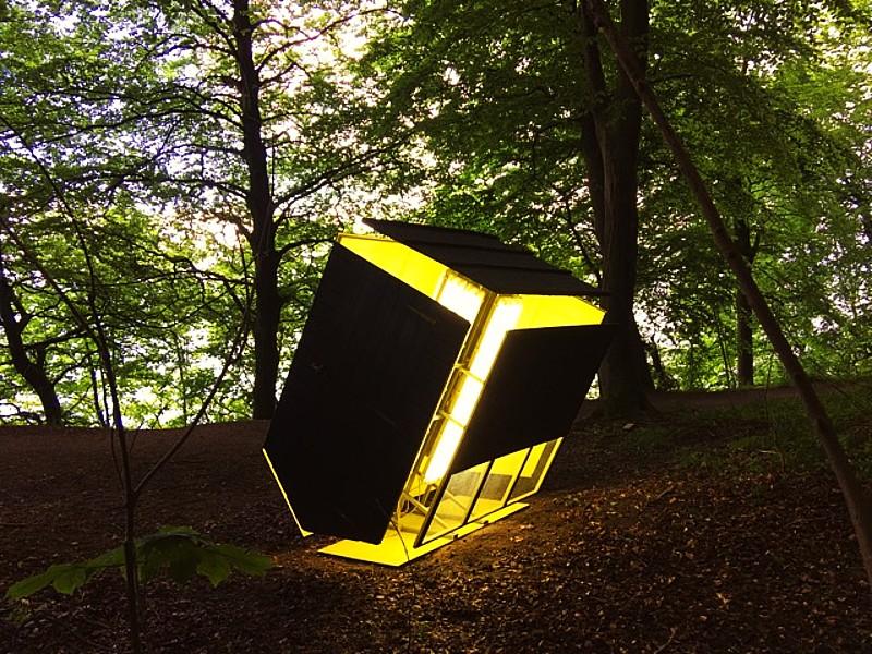 'Black Shed Expanded' installasjonen som ligger i skogen. FOTO: rackowe.com