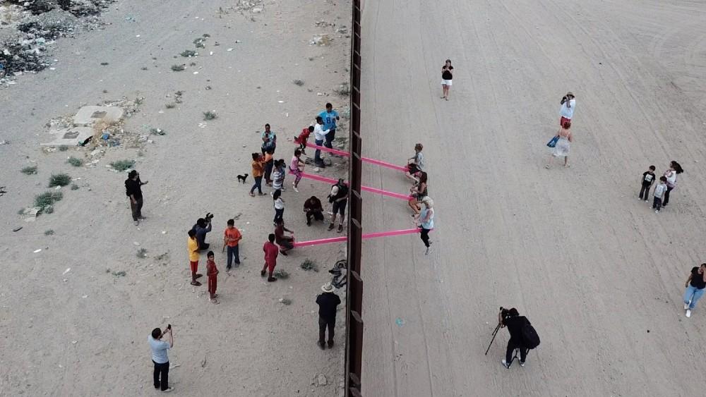רפאל סן פרטלו, הצוות שאיחד את מקסיקו וארצות הברית עם מיצב. תמונה: dezeen.com