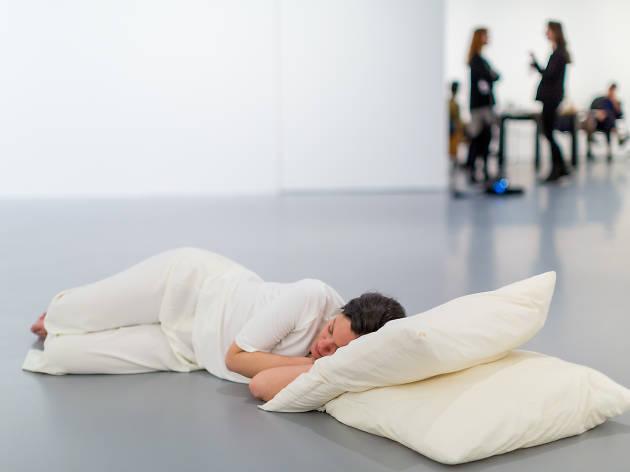 Tino Sehgal es un artista performance que se caracteriza por utilizar museos y galerías para montar coreografías en sus espacios