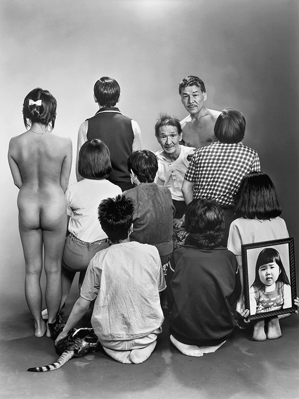 Han forvandlet familieportrettritualet til en lekefontene. Masahisa Fukase Archives