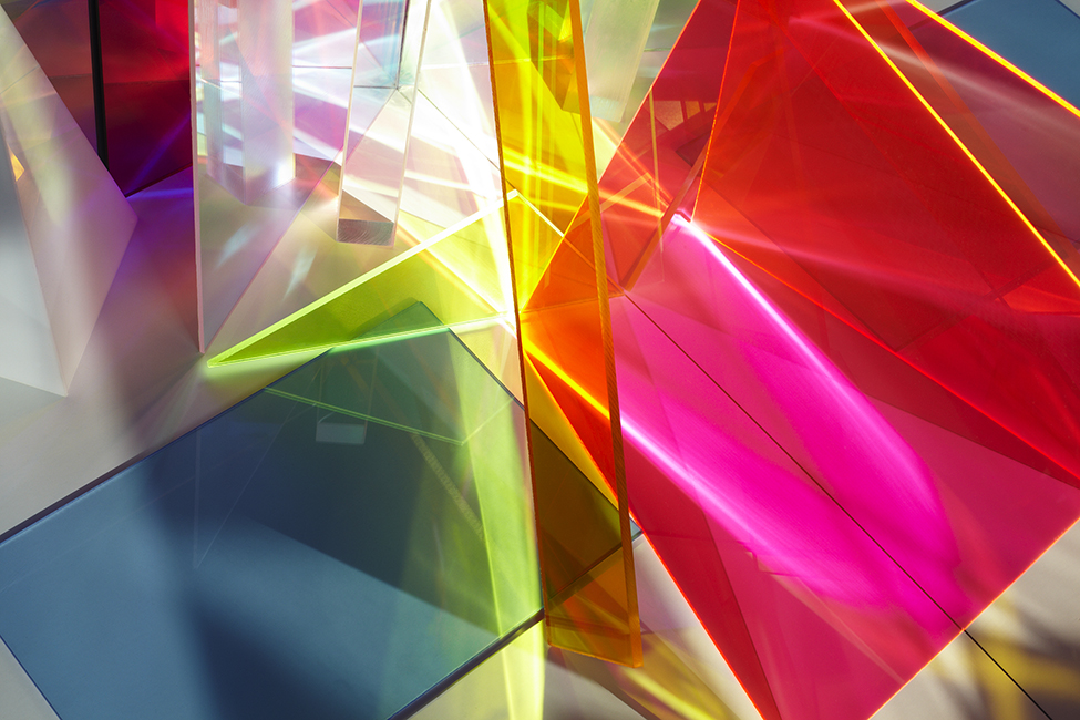 El juego de luces y el color distinguen el trabajo de la artista.
