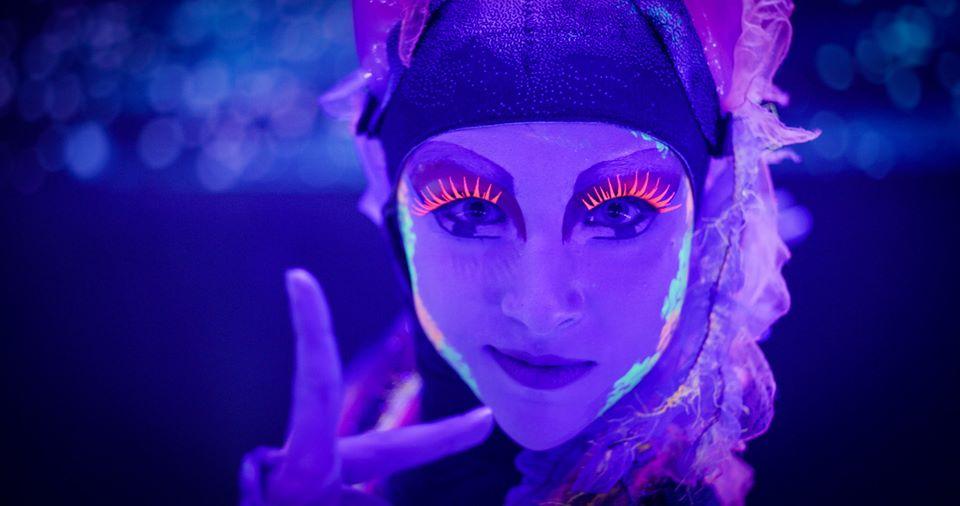Para los más creativos, existen tutoriales de maquillaje de espectáculos