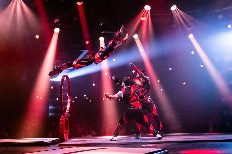 Sus shows que combinan música, danza y actos circenses y se caracterizan por tener una trama como hilo conductor de la producción