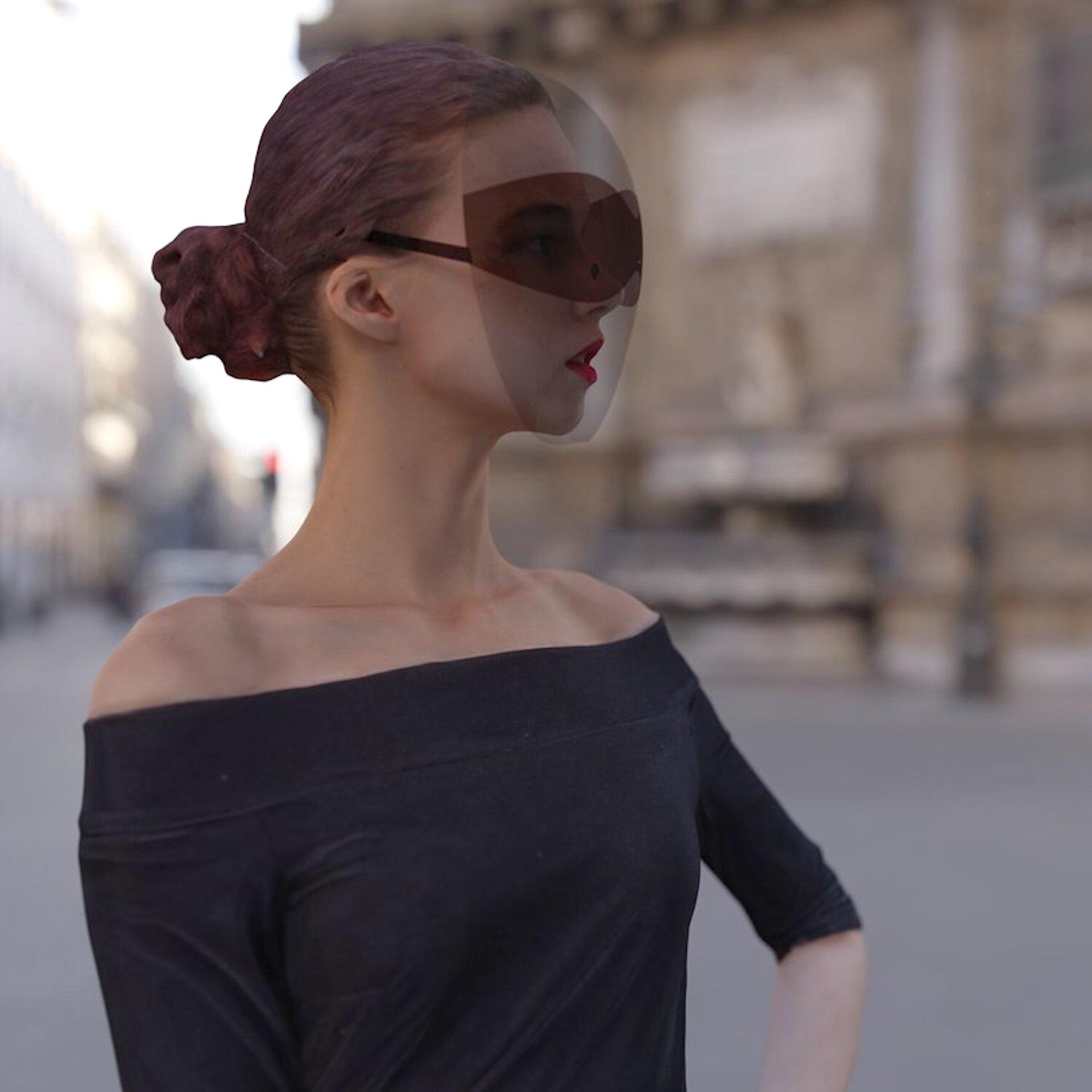 La máscara tiene lentes y brazos de gafas de sol integrados que hacen que el escudo sea más práctico y totalmente moderno