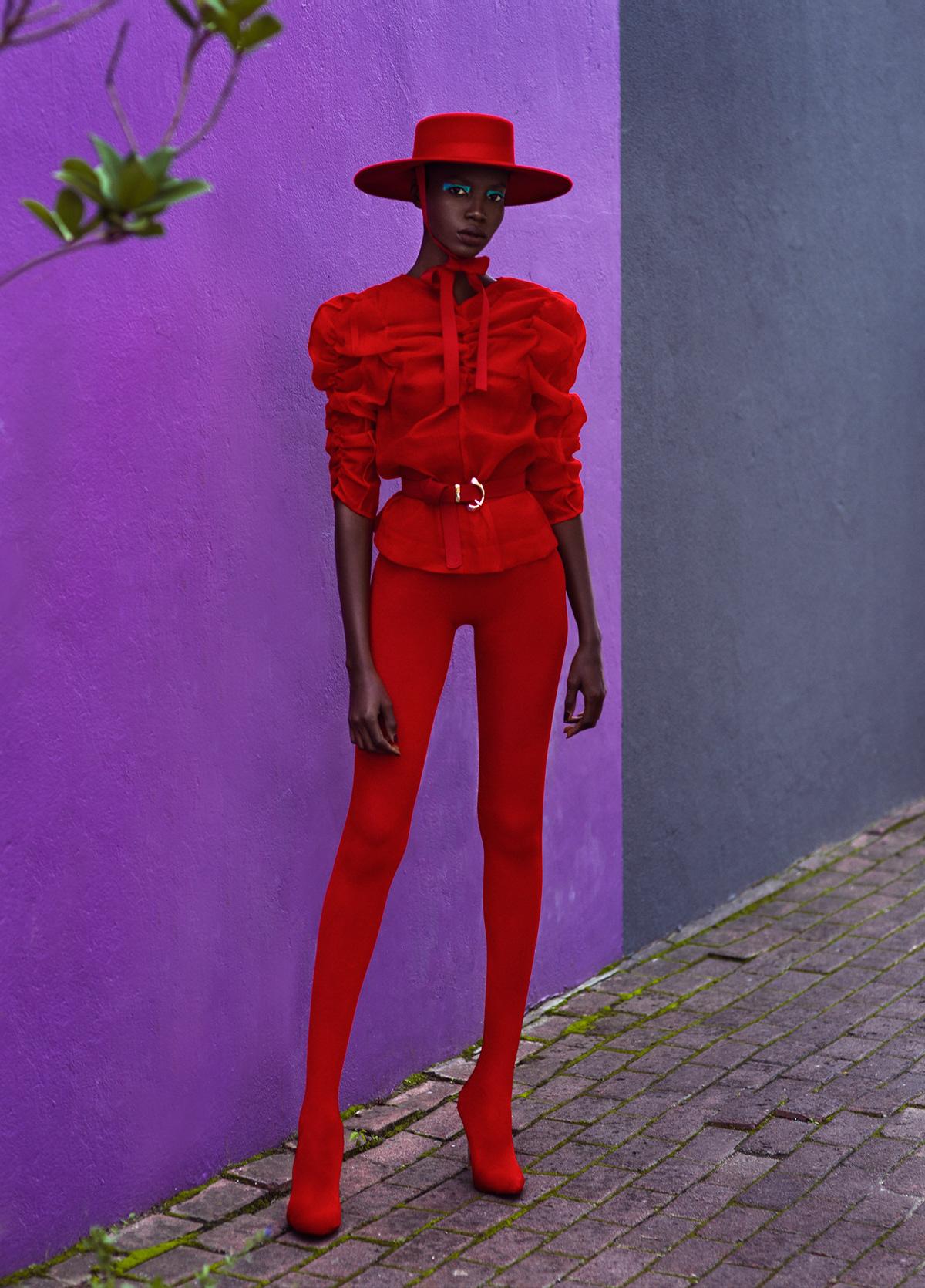 Donna in cappello rosso e vestito.