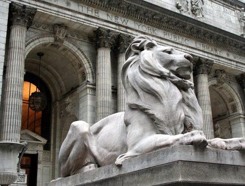 Lion skulptur foran biblioteket bygningen i New York.