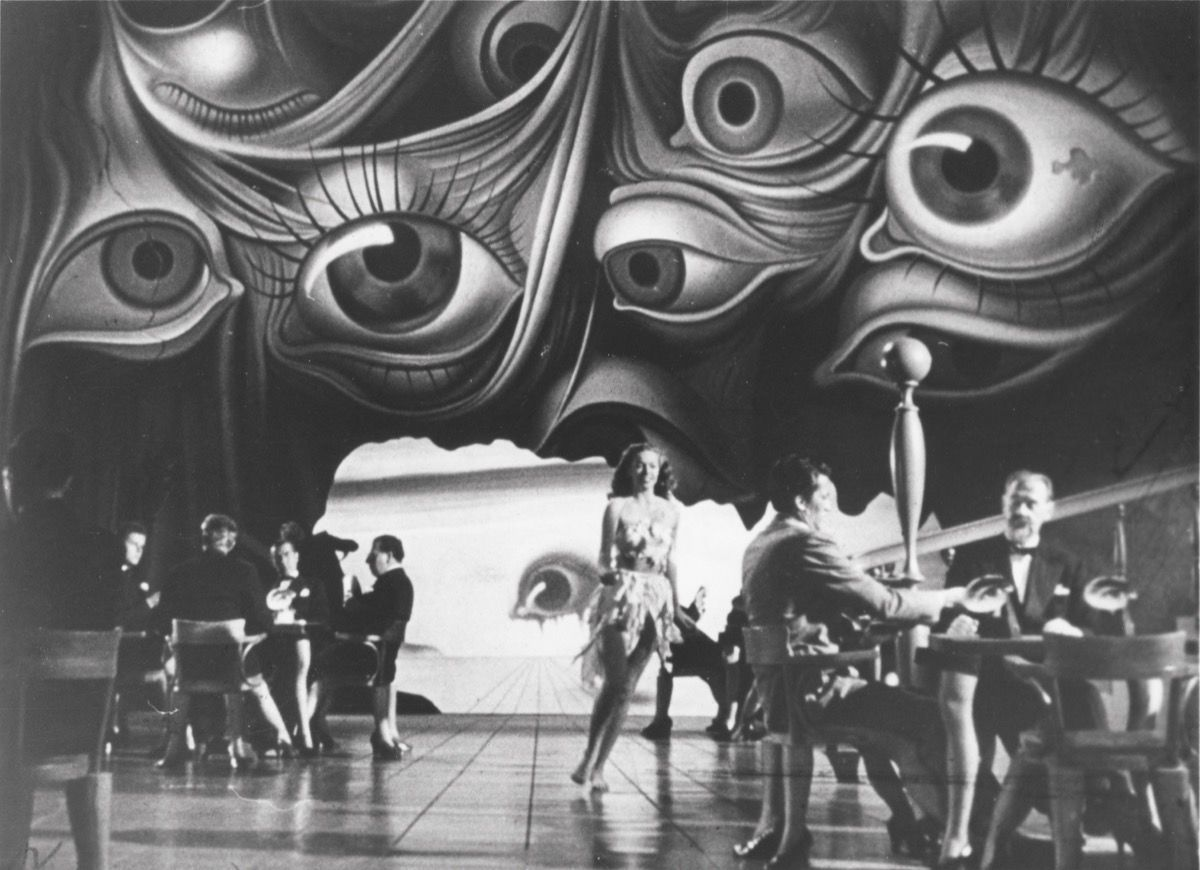 Fotograma en blanco y negro con personas y fondo de ojos d ela película 'Spellbound'.