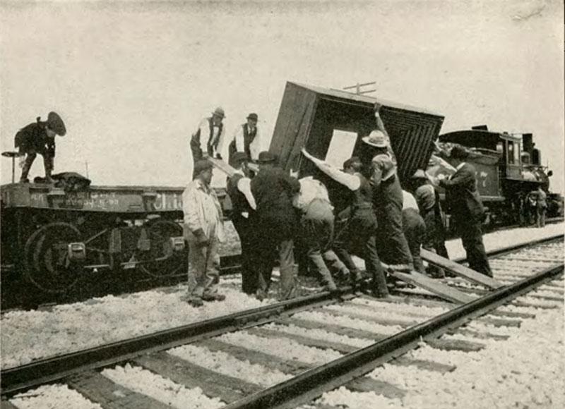 Groep mensen op het spoor van de trein.