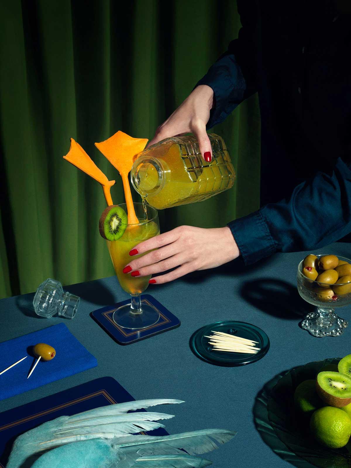 Vaso y jarra de jugo, kiwi y patas de pato.