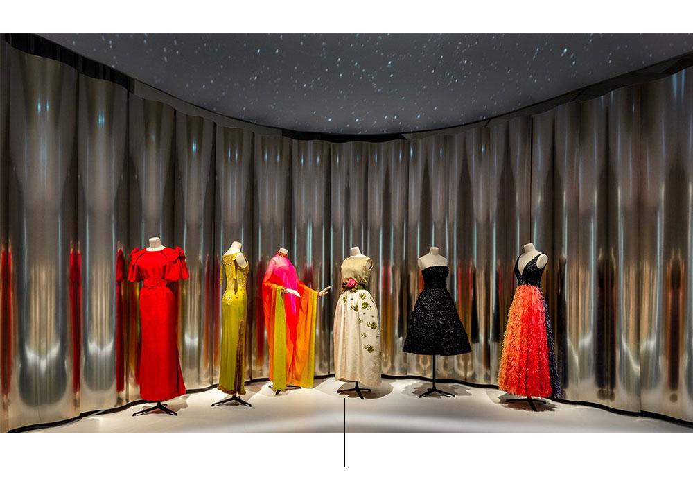 Seis maniquís con vestidos multicolor.