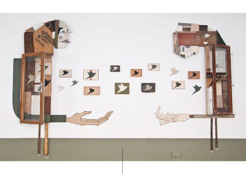 muebles hechos con materiales reciclados y cuadros de pájaros.