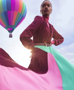 Mujer con vestido color vino, rosa y menta con globo aerostático.