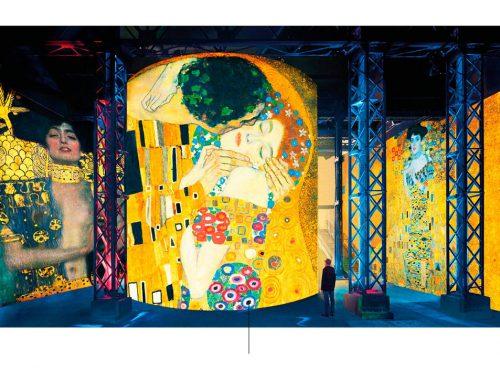 Paneles que proyectan la obra del pintor Gustav Klimt.