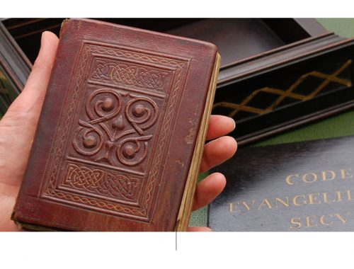 Hand met een boek.