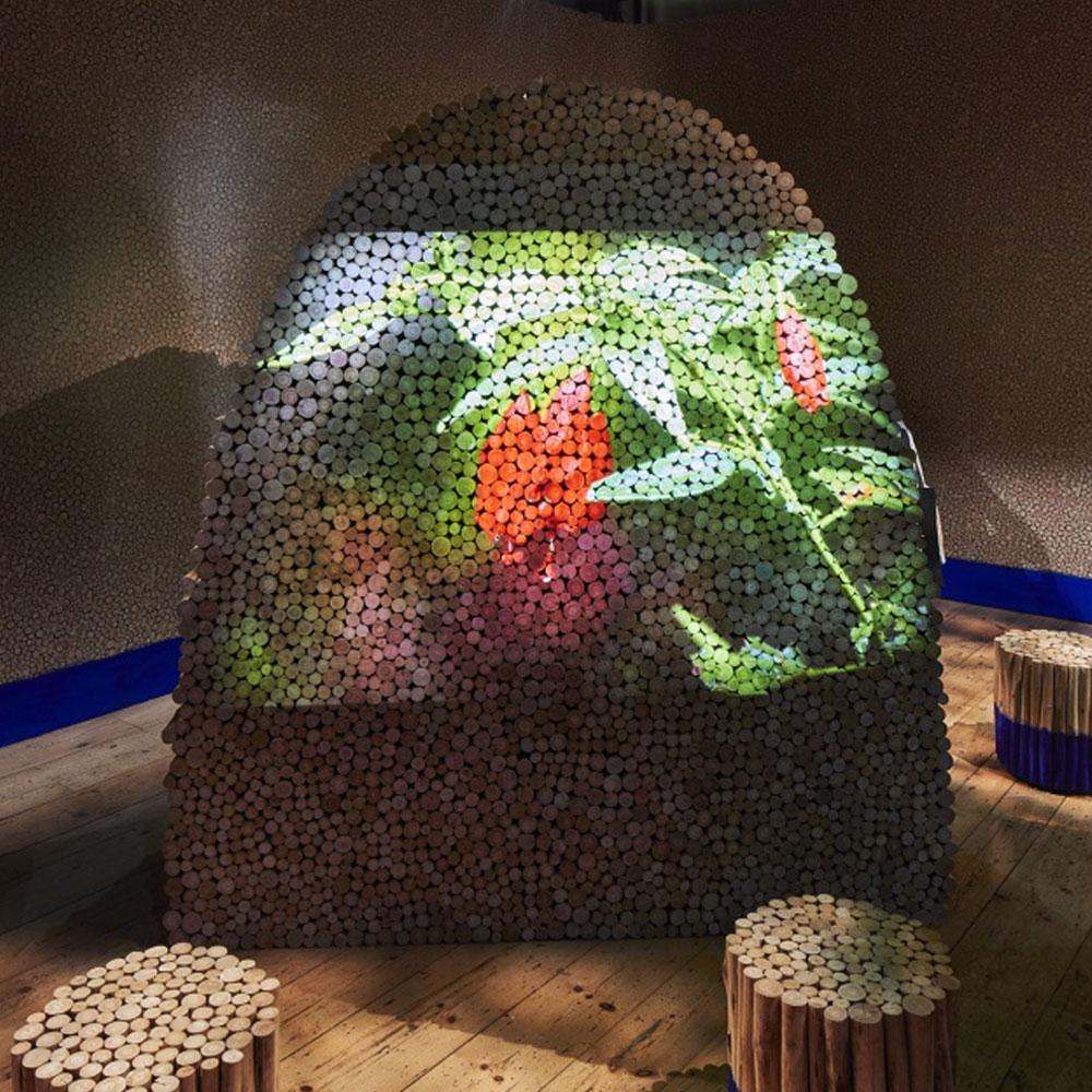 फूलों की छवियों के साथ लकड़ी के लॉग की संरचना।