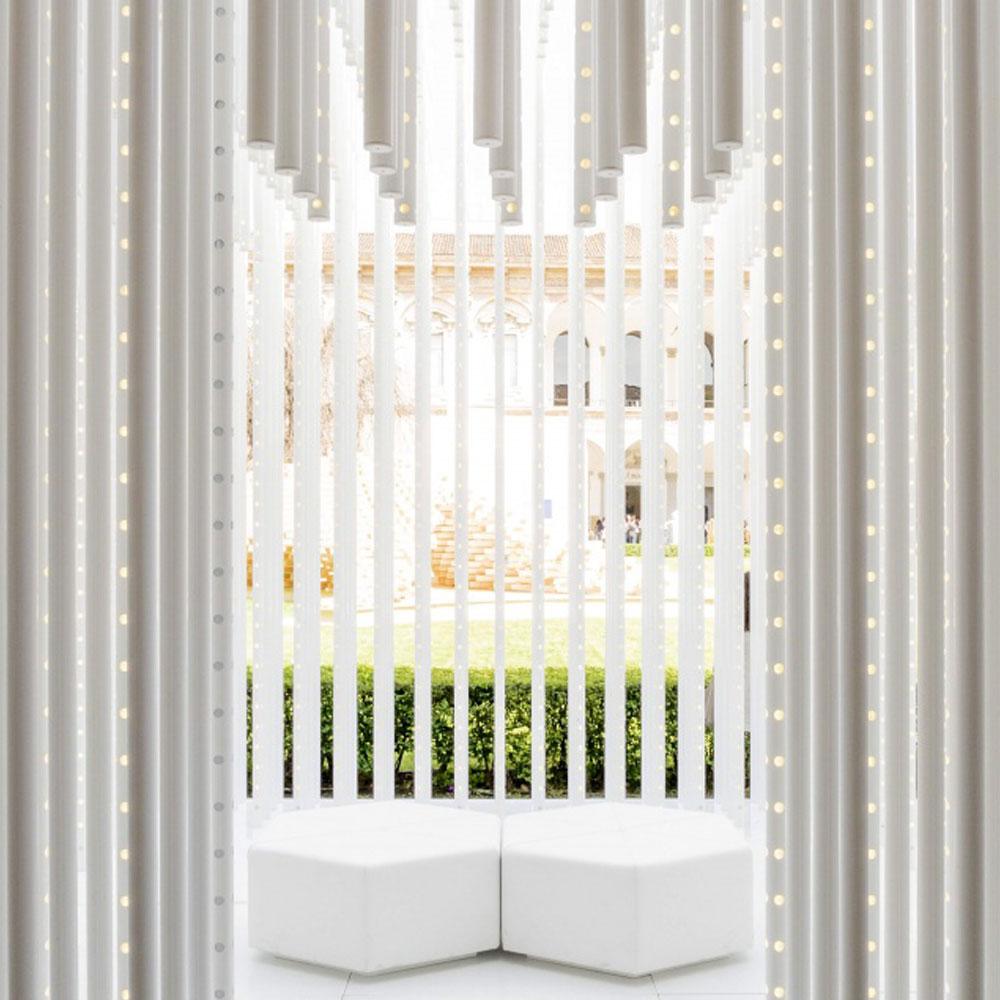 संरचनाएं और सीटें सफेद।