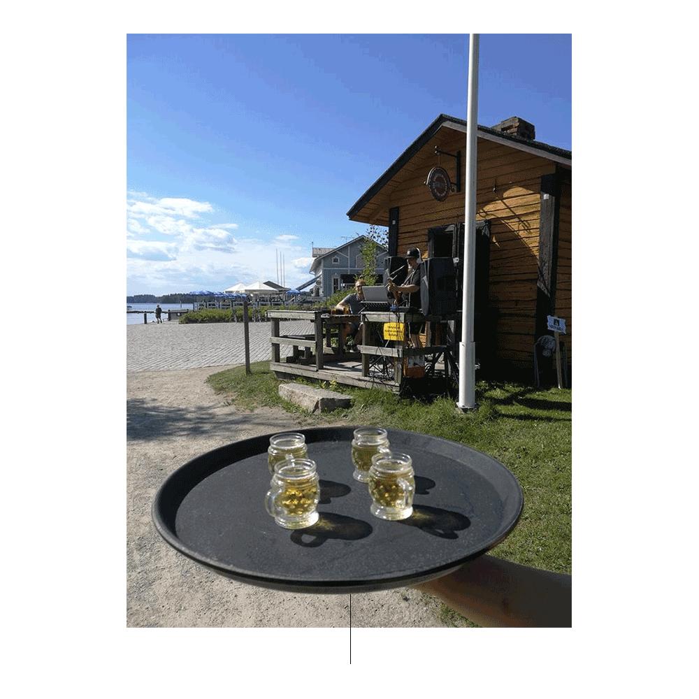 Tabela com frascos e cabine da cerveja no fundo.
