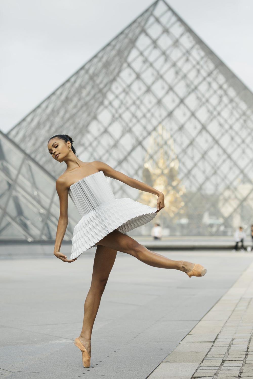 Vrouwendanser voor Piramide van Louvremuseum.