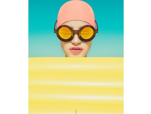 Immagine della donna con cuffia e occhiali da sole.