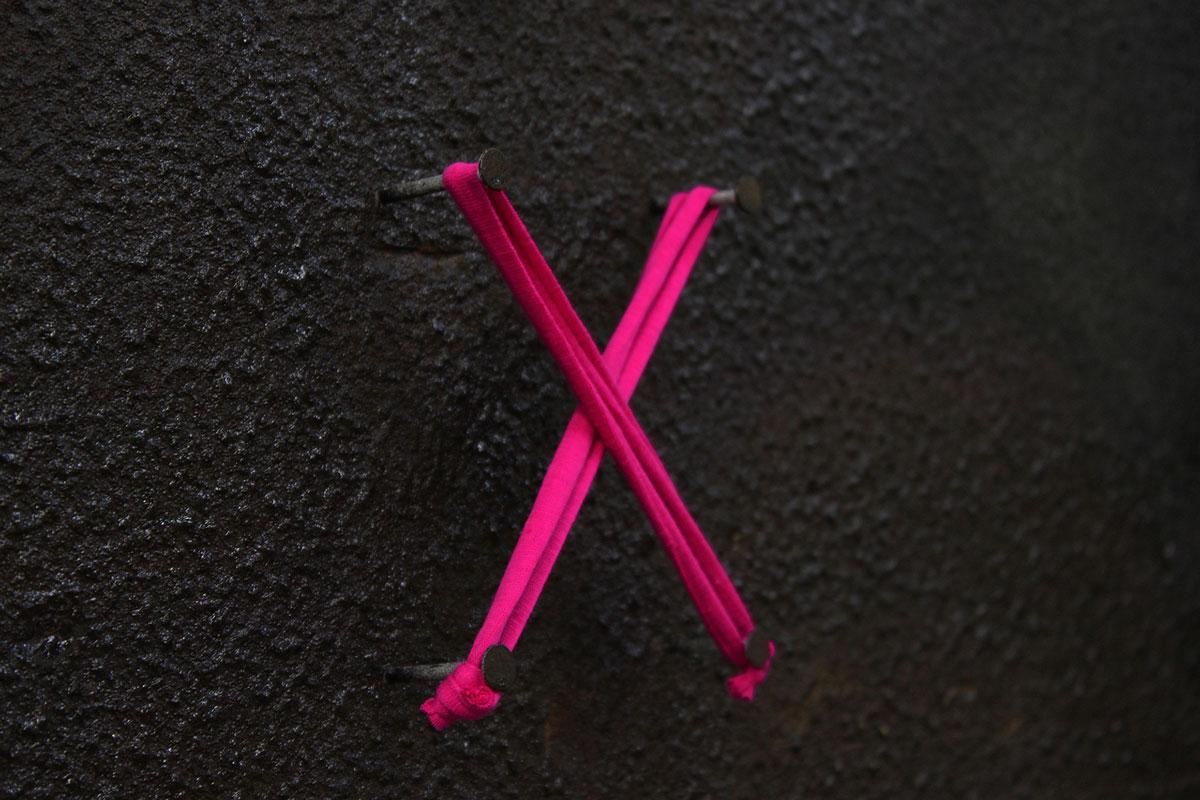 桃红色十字架羊毛螺纹。