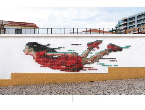 Teksturmural av kvinne med rød kjole.