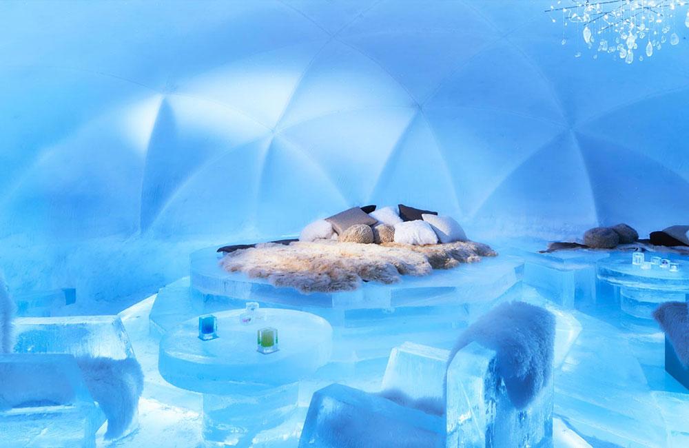 Bar de hotel con muebles de hielo.