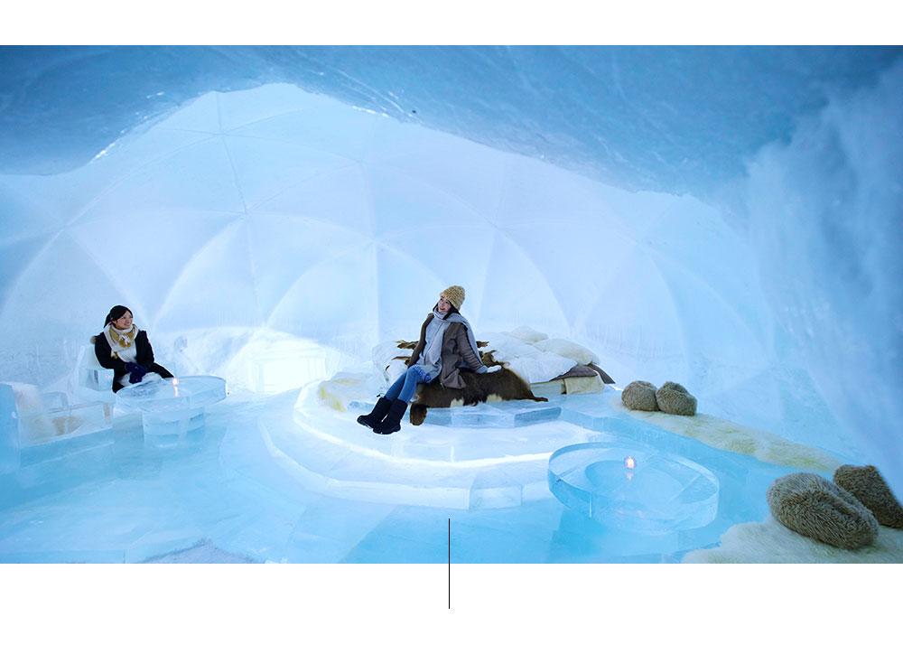 Kaksi naista istuu nojatuolissa jäällä.