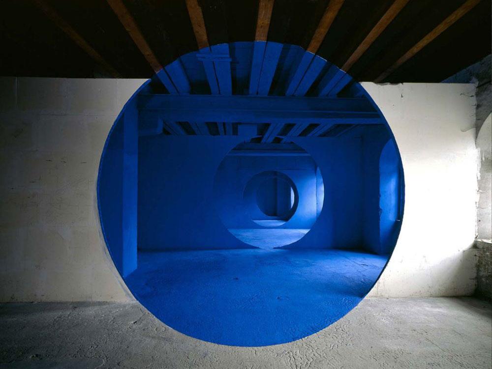 Stanza bianca con cerchio blu.