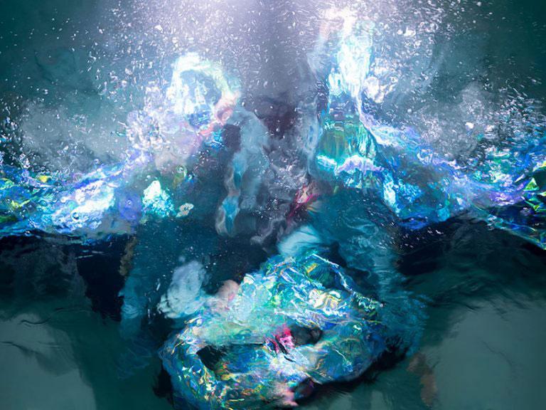 Vann utsikt over folk danser.