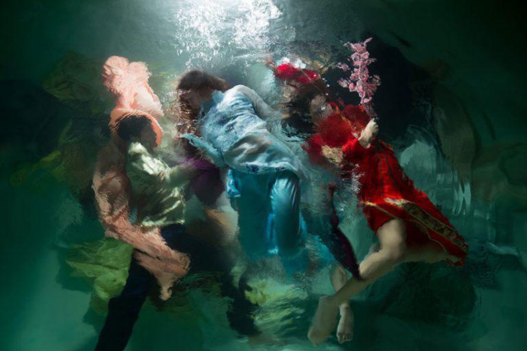 Undervannsfotografering av flere kvinner under vann.
