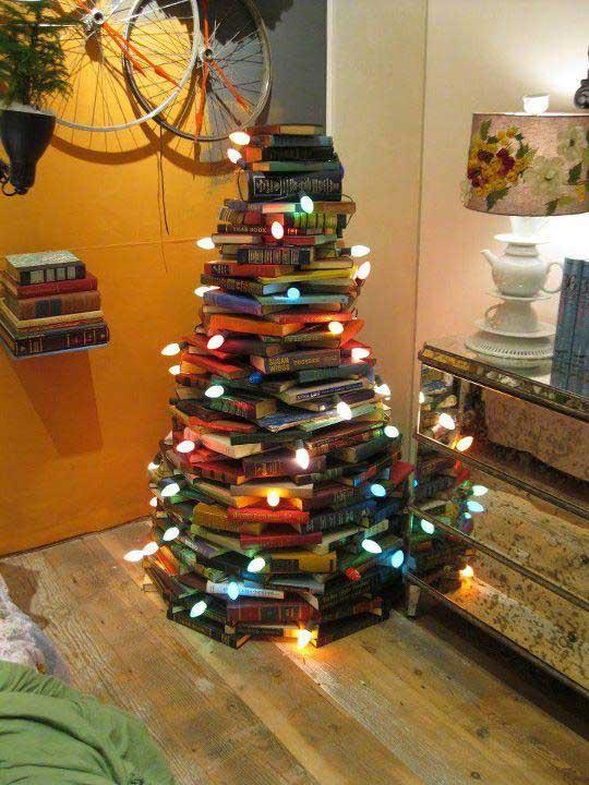 Χριστουγεννιάτικο δέντρο που σχηματίζεται με βιβλία και σειρές φώτων.