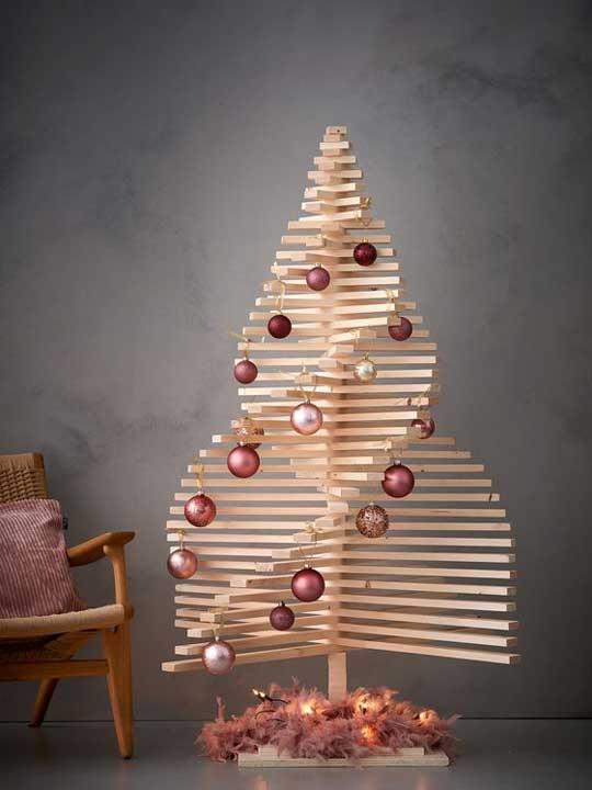 Juletre laget av brett med kuler av metalliske farger.