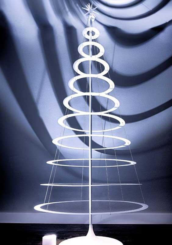 Χριστουγεννιάτικο δέντρο διαμορφωμένο με μεταλλικά δαχτυλίδια