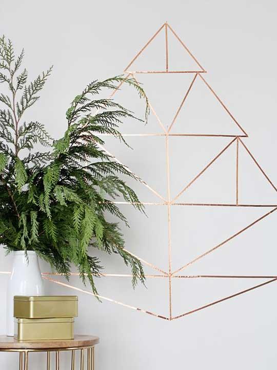 Bilde av juletre på hvit vegg etter planten.