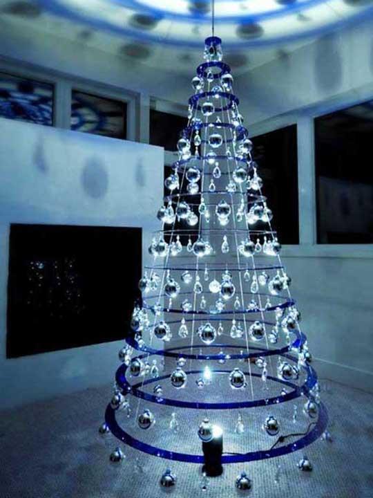 Χριστουγεννιάτικο δέντρο που σχηματίζεται με στεφάνες και διακοσμημένο με ασημένιες σφαίρες
