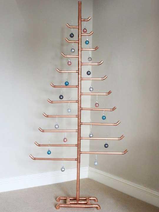 Χριστουγεννιάτικο δέντρο που σχηματίζεται με μεταλλικό γλυπτό.