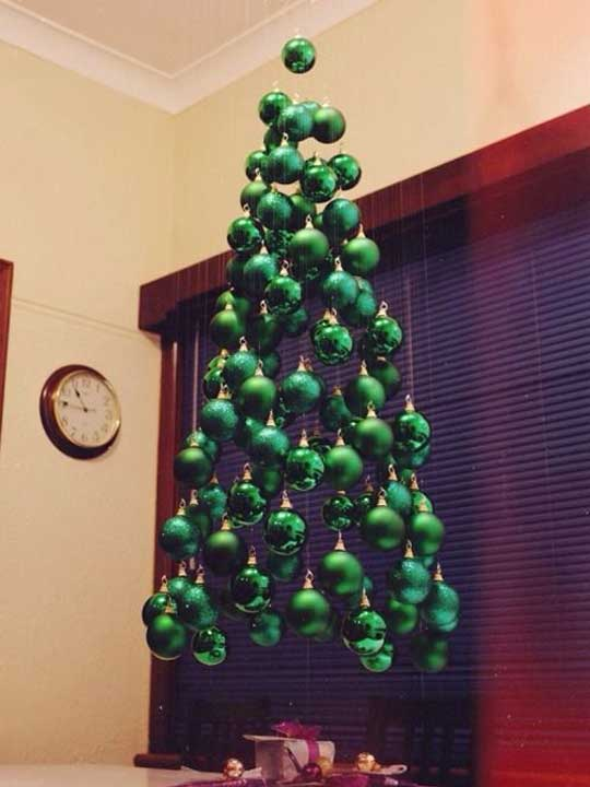Juletre dannet av grønne sfærer.