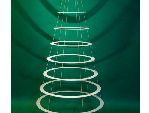Albero di Natale formato da cerchi bianchi.