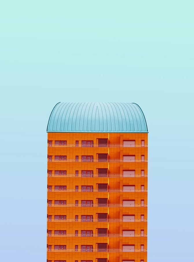 Estructura naranja con techo azul y fondo del mismo tono creado por la artista Simone Hutsch.