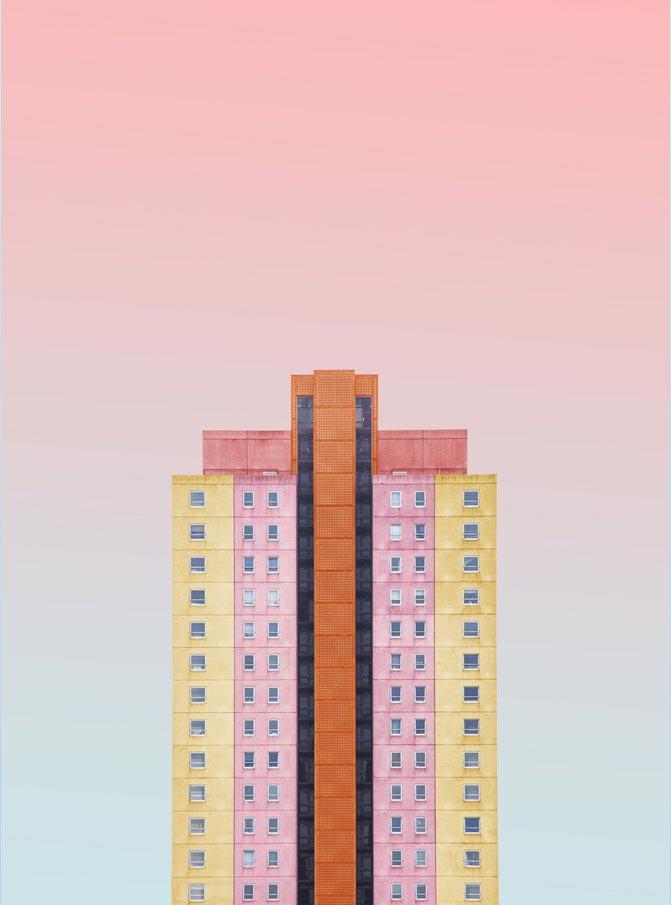 Composición de estructura multicolor sobre fondo rosa y azul de la artista Simone Hutsch.